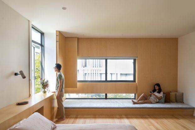 ห้องนอนมีพื้นที่ยกพื้นนั่งเล่นริมหน้าต่าง