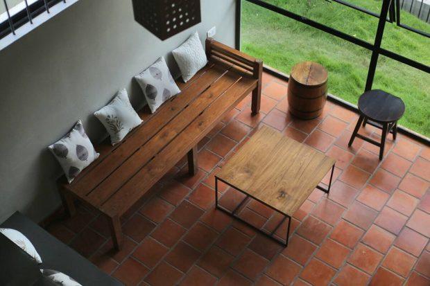 โต๊ะนั่งเล่นทำจากโครงเหล็กและไม้