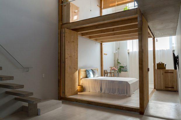 ห้องนอนโล่ง ๆ ในบ้านหน้าแคบ