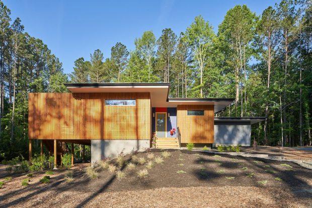 บ้านยกพื้นสูงผนังไม้ระแนงรอบบ้าน