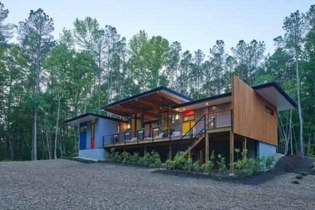บ้านยกพื้นสูงผนังกระจกและไม้ระแนง