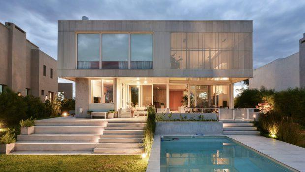 บ้านสีขาวมีสระน้ำด้านหลัง