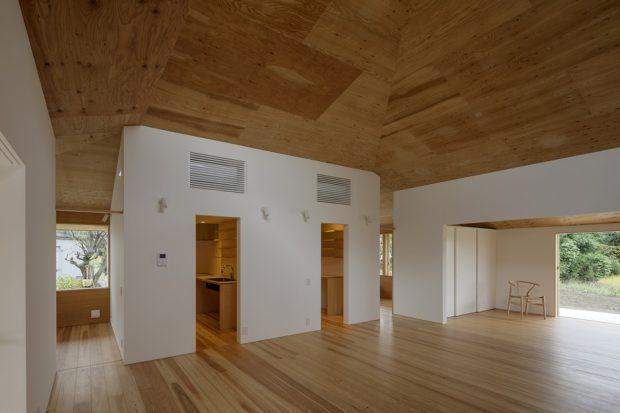 พื้นและเพดานไม้ดูอบอุ่น