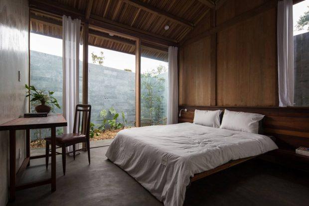 ห้องนอนผนังกระจกเปิดออกสู่สวน