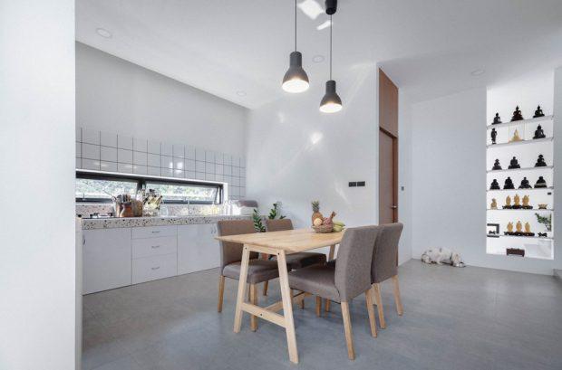 ห้องทานข้าวมีช่องแสงแนวนอนมองเห็นด้านนอก