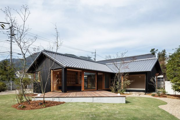 บ้านผนังเปิดกว้างเชื่อมต่อชานและสวน