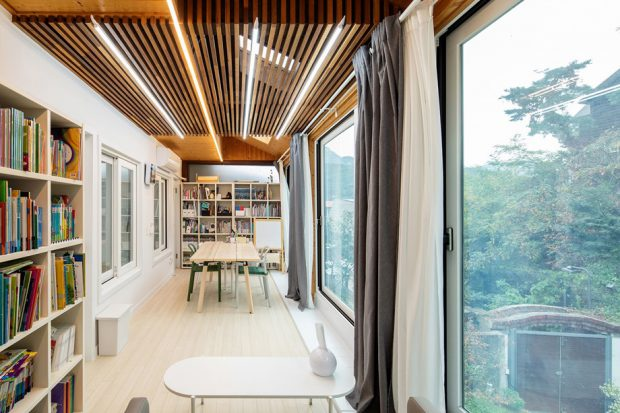 ฝ้าเพดานไม้ระแนงผนังกระจกมองเห็นวิว