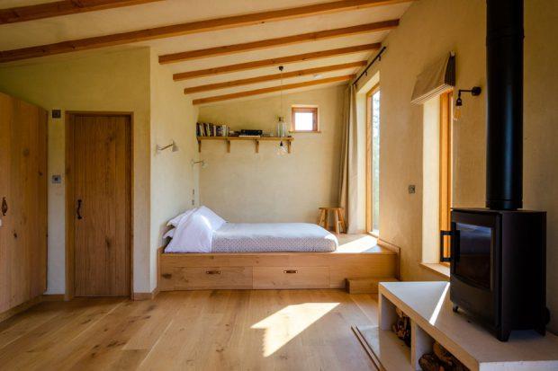 ห้องนอนหลังคาเฉียงสูง