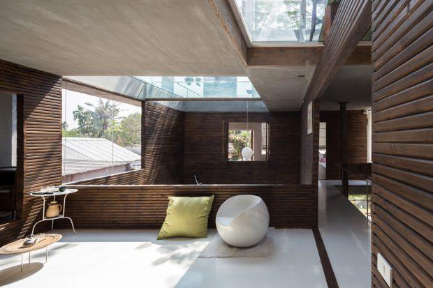 ห้องนั่งเล่นตกแต่งผนังและเพดานกระจก