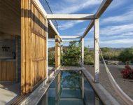 ประตูไม้ระแนงเปิดเชื่อมต่อสระว่ายน้ำ