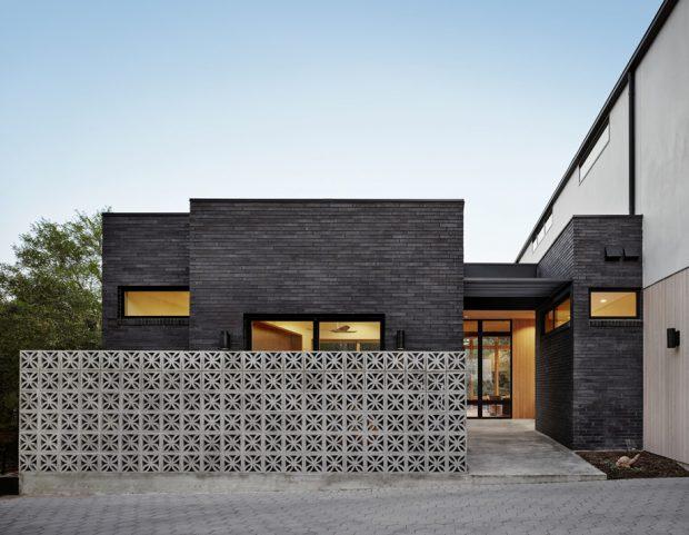 บ้านโมเดิร์นทรงกล่องสีดำรั้วบล็อกช่องลม