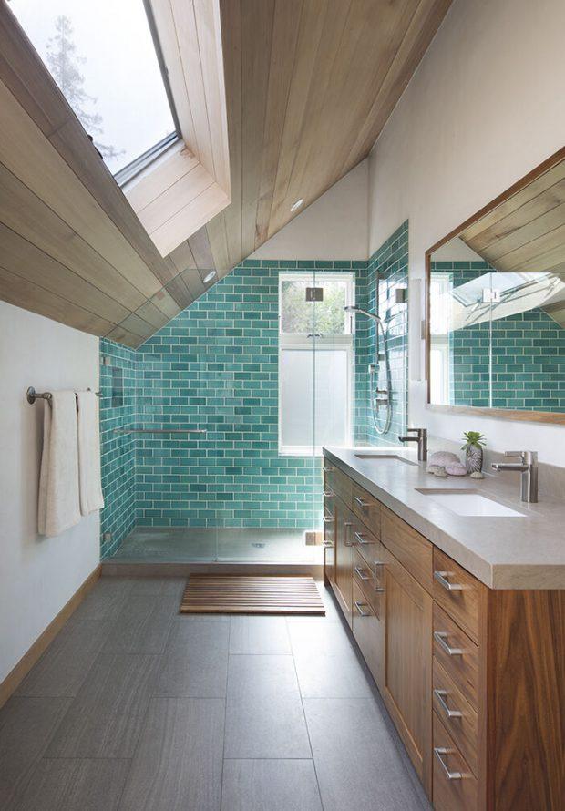 ห้องน้ำตกแต่งกระเบื้องสีเขียวมี skylight