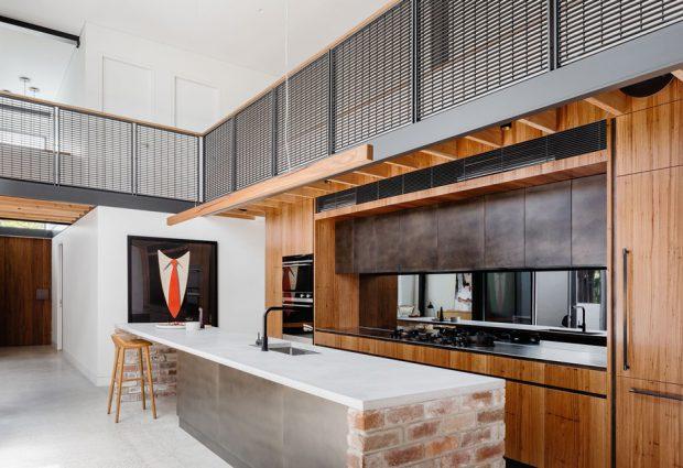 ห้องครัวสีดำตกแต่งไม้และอิฐ