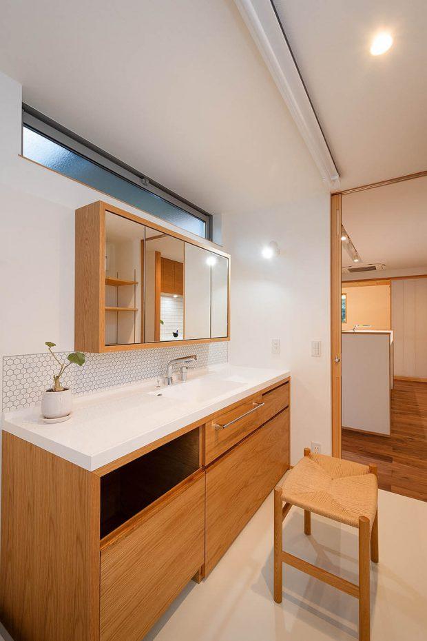 ตู้เก็บของกระจกในห้องน้ำ