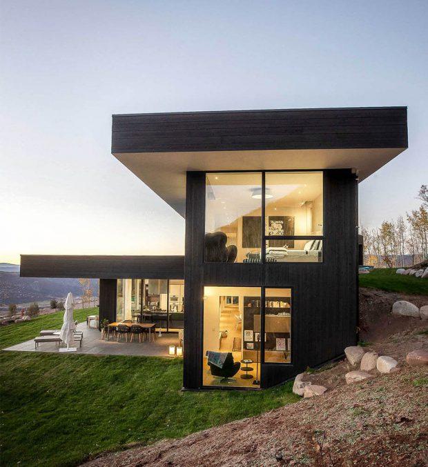 บ้านสองชั้นสีดำ