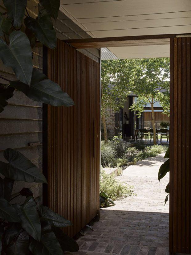 ประตูทางเข้าบ้านไม้ระแนง