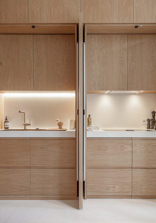 บานตู้ซ่อนครัวเปิดออกตั้งฉากได้