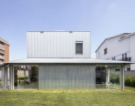 บ้านสองชั้นเมทัลชีทและบล็อกคอนกรีต