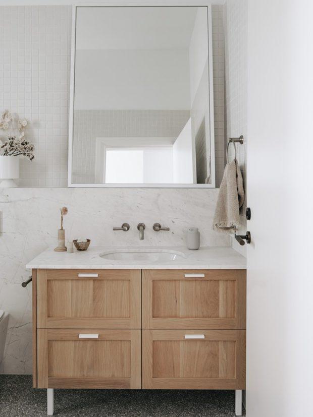 ห้องน้ำตกแต่งโทนสีขาวและไม้สีอ่อนๆ
