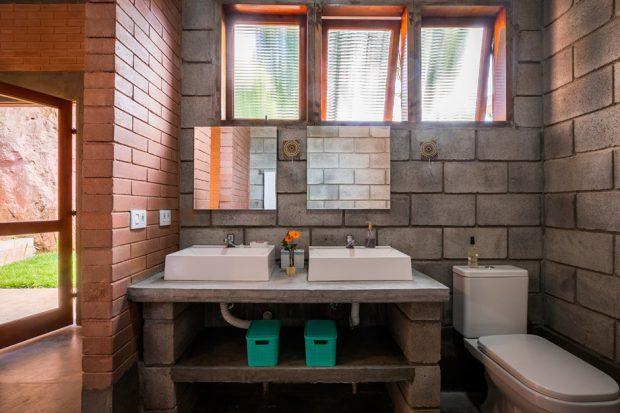 ห้องน้ำผนังอิฐแดงและอิฐบล็อก