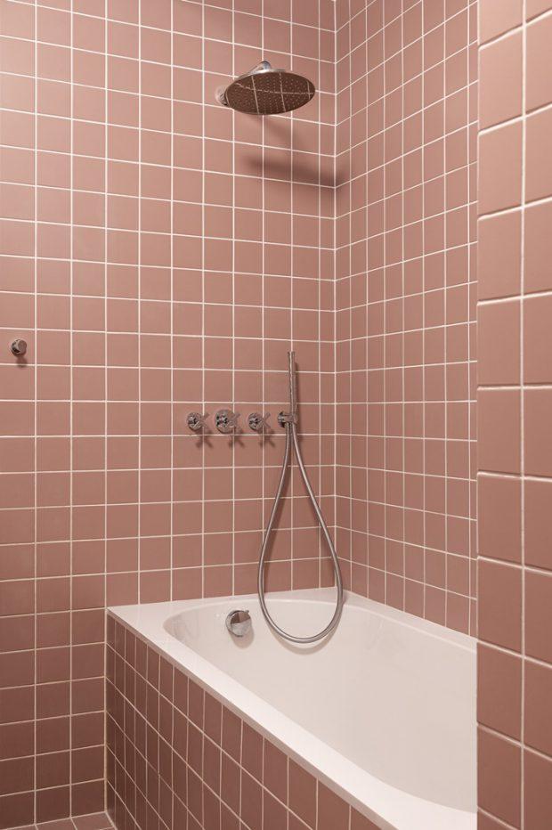 ห้องน้ำตกแต่งกระเบื้องสีชมพูกะปิ
