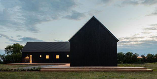 บ้านหลังคาจั่วสูงสีดำ
