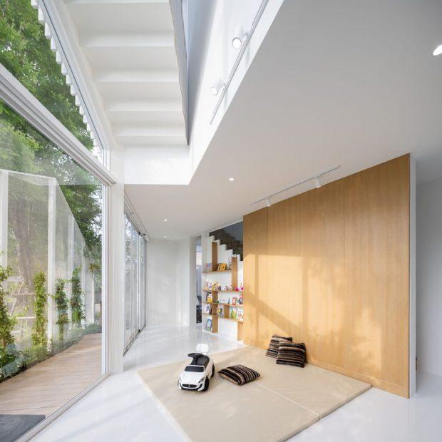 บ้านโมเดิร์นสีขาวตกแต่งกระจกและไม้