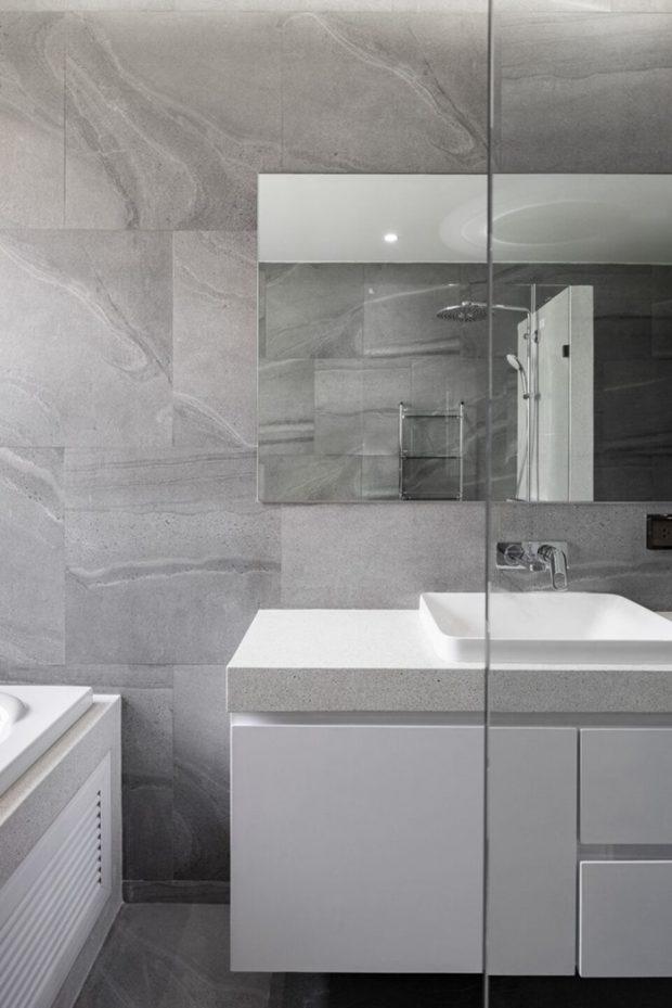 ห้องน้ำตกแต่งสีขาวและคอนกรีต