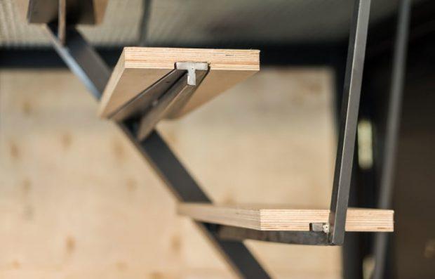 บันไดเหล็กและไม้อัด