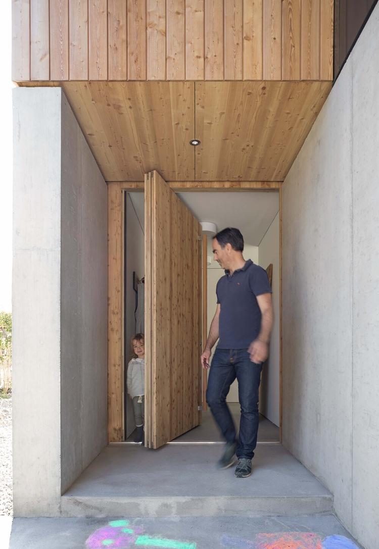 ประตูบานหมุน pivot door