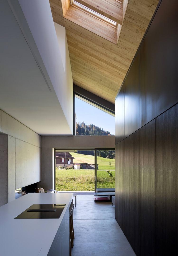 ครัวโมเดิร์นฝ้าเพดานเฉียงมี skylight