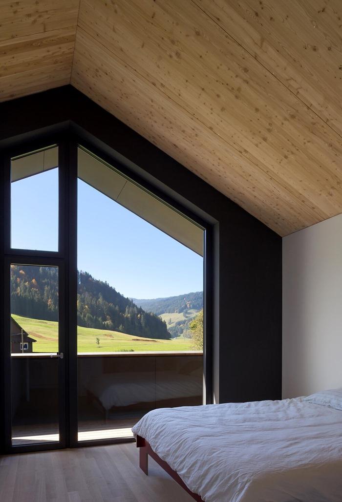 กรอบหน้าต่างในห้องนอน