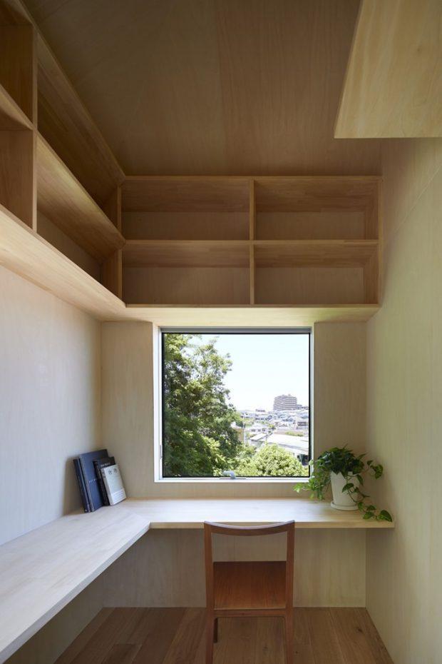 โต๊ะทำงานบิลท์อินติดผนังและหน้าต่าง