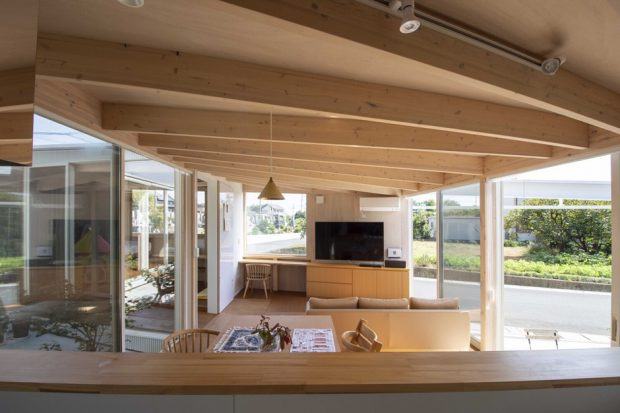 บ้านผนังกระจกฝ้าเพดานไม้