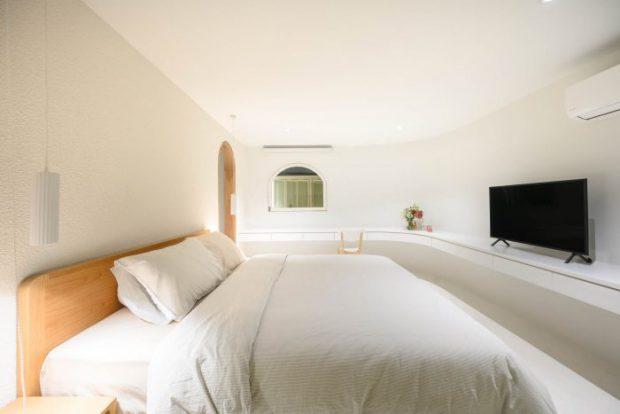 ห้องนอนสีขาวผนังโค้ง