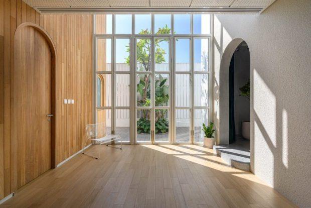 ผนังกระจกเป็นช่องตาราง