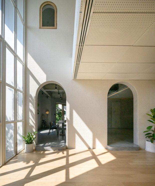 มิติขอแสงเงาผ่านช่องแสงในบ้าน