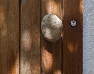 ประตูไม้มือจับทำจากหินธรรมชาติ