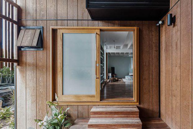 ประตูกระจกกรอบไม้