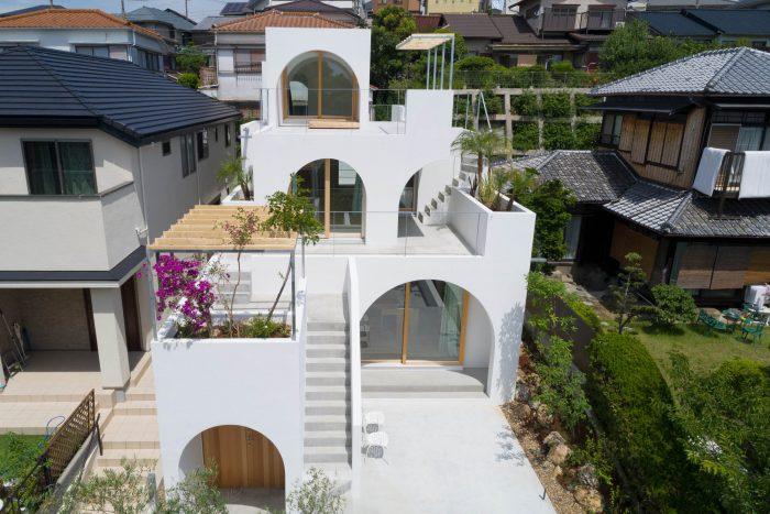 บ้านสีขาวหลายชั้นผนังซุ้มโค้ง