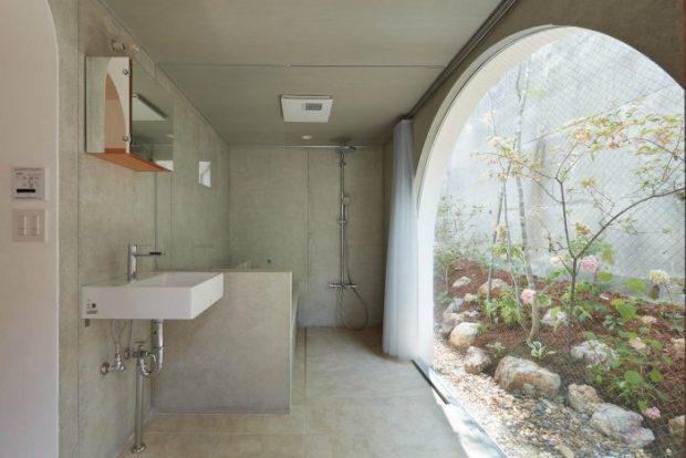 ห้องน้ำผนังโค้งเปิดโล่งออกสู่สวน