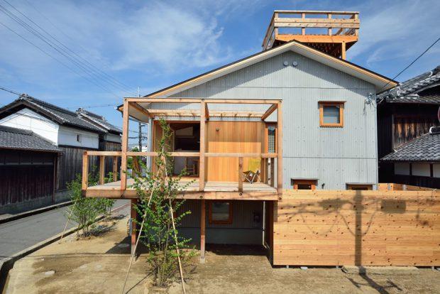 บ้านหลังคาจั่วสองชั้นเมทัลชีทผสมไม้
