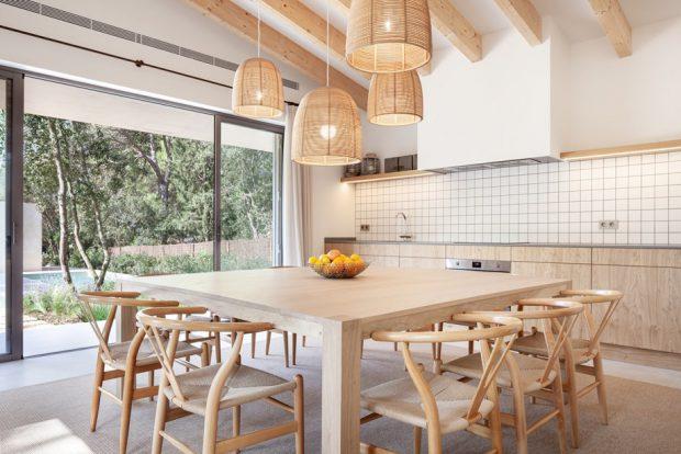 ห้องทานข้าวอบอุ่นด้วยงานไม้สีอ่อนๆ