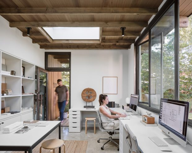 ห้องทำงานเล็ก ๆ ที่โปร่งสว่าง