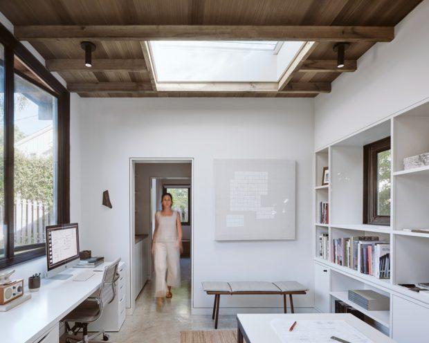 ห้องทำงานมีหลังคา skylight