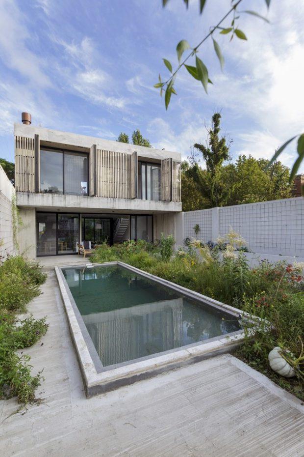 บ้านฟาซาดบานไม้ระแนงมีสระว่ายน้ำ