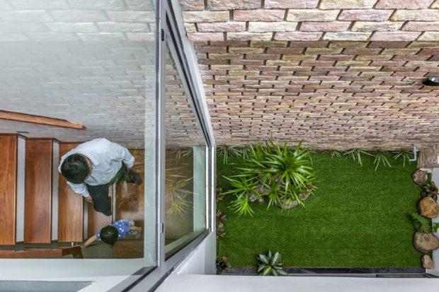 ผนังกระจกตรงบันไดมองเห็นสวน