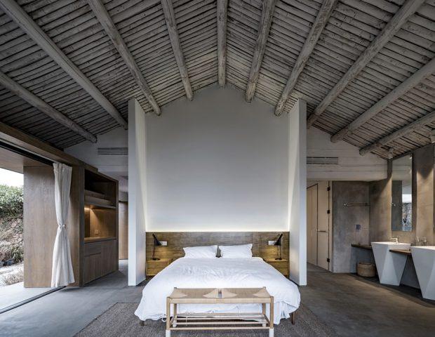 ห้องนอนหลังคาจั่วสูงโชว์โครงสร้าง