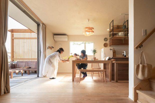 ห้องครัวเชื่อมต่อกับระเบียงหลังบ้าน