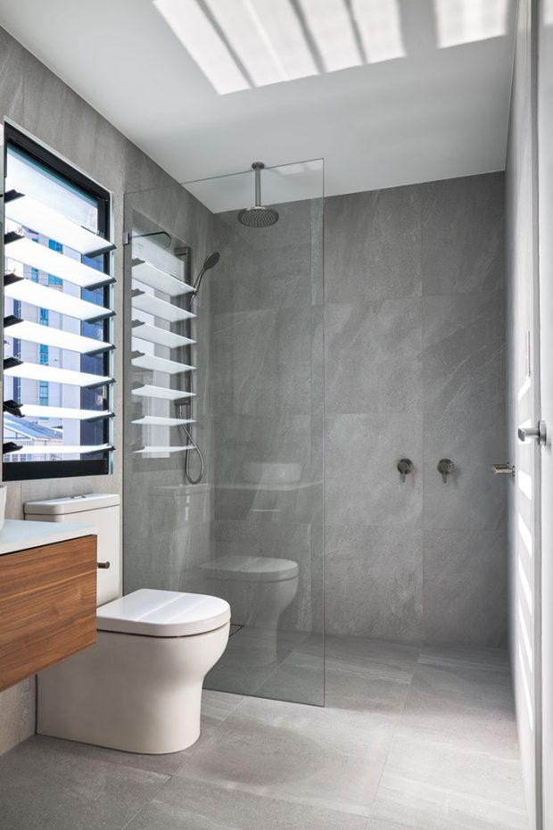 ห้องน้ำโทนสีเทามีบานเกล็ดสูงหลังชักโครก